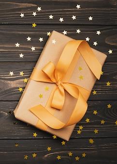 Goldenes farbband gebundenes geschenk mit sternen