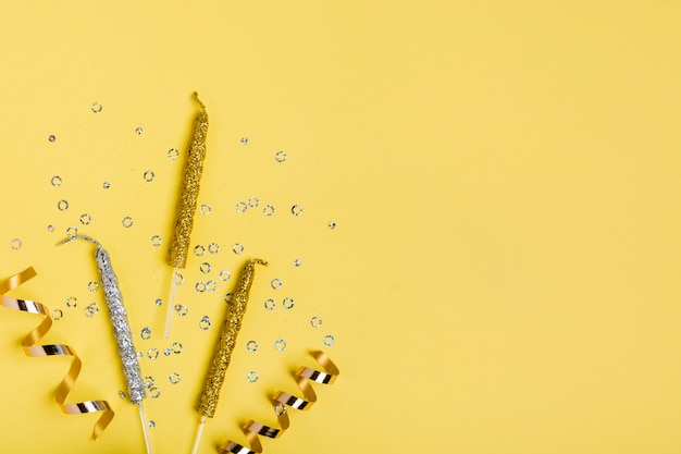 Goldenes farbband und kerzen mit exemplarplatz