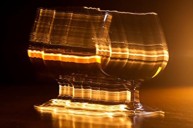 Goldenes glas whisky und gelbe linien