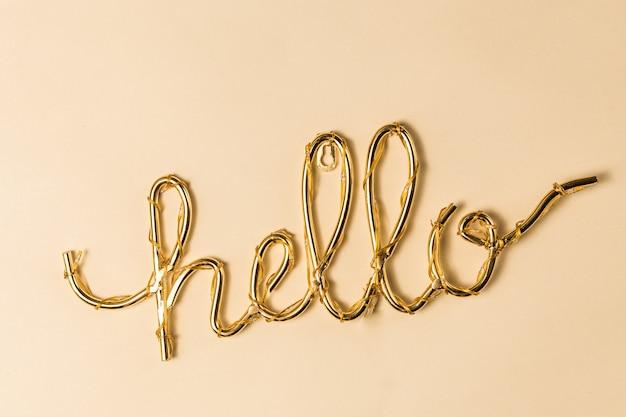 Goldenes hallo zeichen auf einer hellen oberfläche