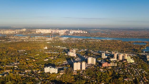 Goldenes herbst-kiew-stadtbild, luftdrohnenansicht der stadtskyline und des waldes mit gelben bäumen und schöner landschaft von oben, kiew, goloseevo-wald, ukraine