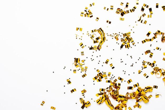Goldenes konfetti isoliert