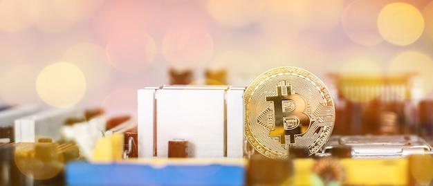 Goldenes münzensymbol bitcoin auf hauptplatine blockchain, kryptowährungen, bitcoin und verteiltem hauptbuchtechnologiekonzept.