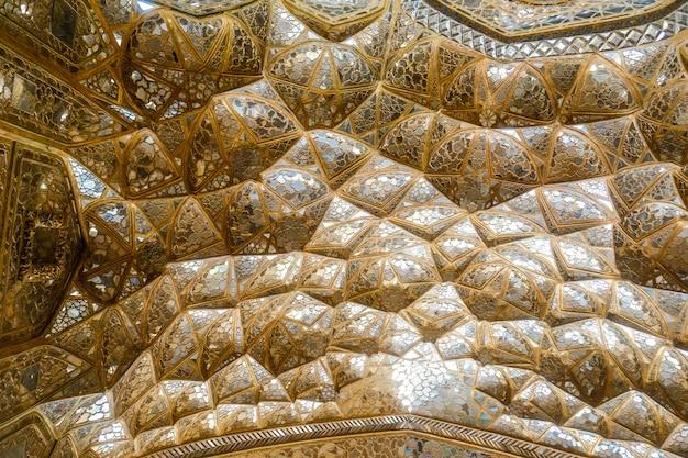 Goldenes muqarnas-gewölbe mit spiegelarbeit im chehel sotoun palace. isfahan, iran.