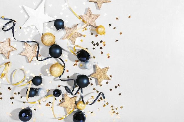 Goldenes silbernes weihnachtsdeko auf grau