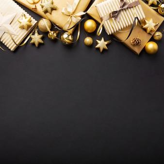 Goldenes silbernes weihnachtsdeko auf schwarzem