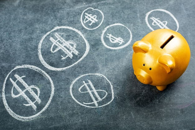 Goldenes sparschwein für die einzahlung ihres geldkonzepts.