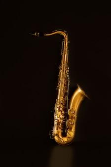 Goldenes tenorsaxophon aus saxophon in schwarz
