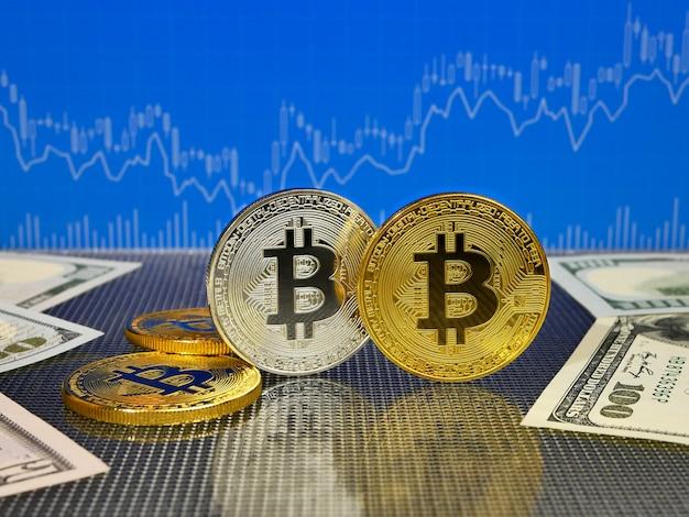 Goldenes und silbernes bitcoin auf blauer abstrakter finanzierung.