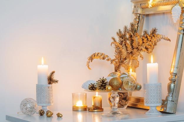 Goldenes weihnachtsdekor im weißen innenraum