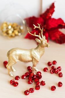 Goldenes weihnachtsren mit dekorationen