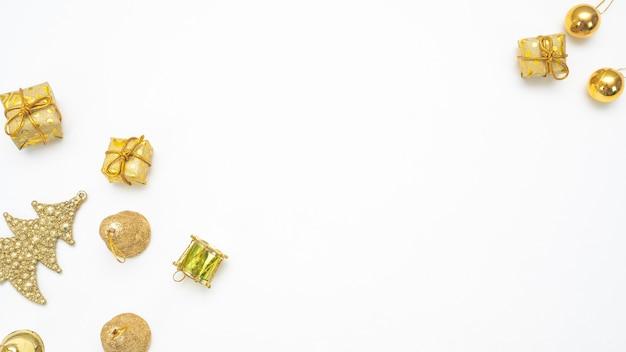 Goldenes weihnachtszubehör auf draufsichtkopienraum des weißen hintergrundes