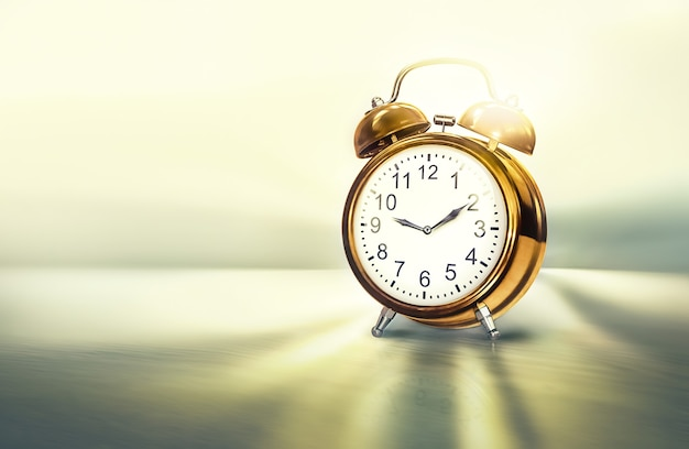 Goldenes zeitkonzept 3d-bild mit goldenem wecker