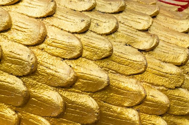 Goldfarbe auf zementwand-beschaffenheitshintergrund