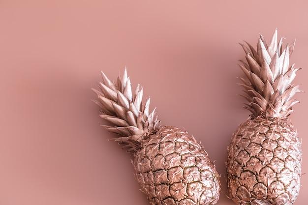 Goldfarbene ananas. tropische wohnung lag. lebensmittelkonzept.