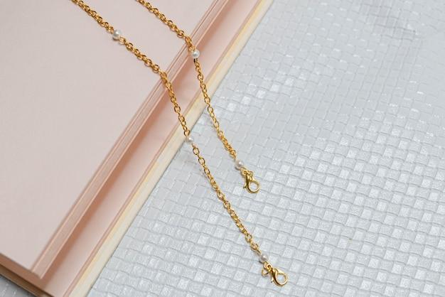 Goldkette mit weißem hintergrund