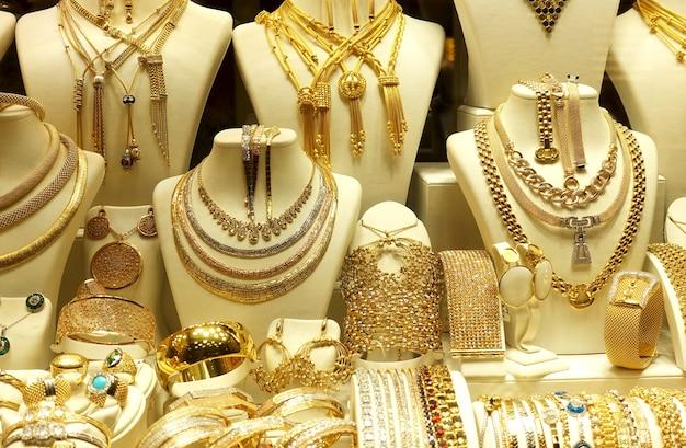 Goldketten und armbänder auf untersetzern