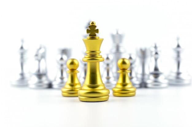 Goldkönig im schachspiel mit konzept für unternehmensstrategie.