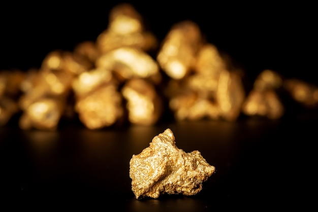 Goldkonzept, nahaufnahme von großen goldnuggets