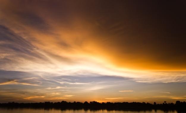 Goldlicht auf der sonne stellte mit licht auf dem fluss ein. idyllisches hintergrundbild sun.