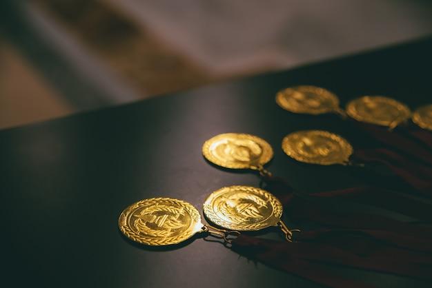 Goldmedaillen für erfolgreiche geschäftsleute, die es schaffen, ihre ziele mit mühe zu erreichen.