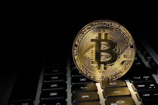 Goldmünze bitcoin auf der tastatur