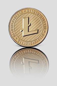 Goldmünze litecoin mit reflexion auf einer weißen glänzenden oberfläche virtuelle kryptowährung. konzeptionelles bild für weltweite kryptowährung und digitales zahlungssystem.