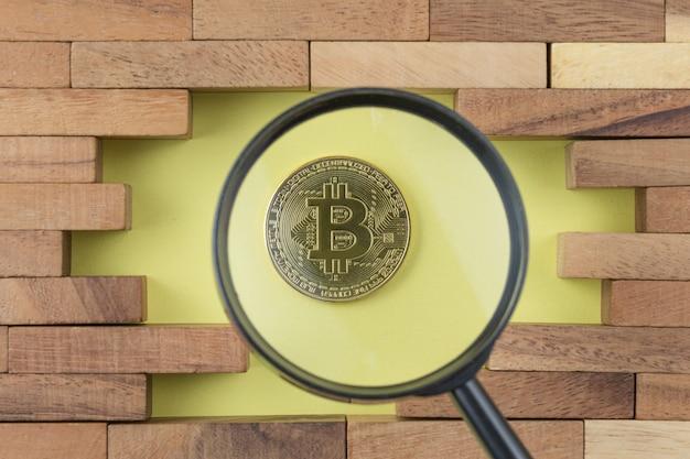 Goldmünze mit bitcoin-symbol