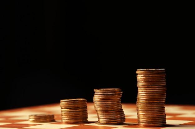 Goldmünzen und geld sind kein tisch-, finanz- und wachstumskonzept Premium Fotos