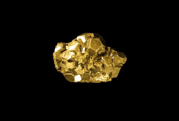Goldnugget auf schwarzem hintergrund isoliert