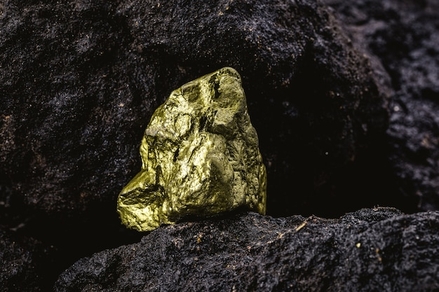 Goldnugget in meinem, konzept der edelsteinausgrabung
