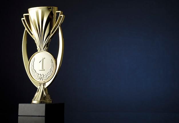 Goldpokal oder trophäe mit medaillon für den gewinner auf blauem farbverlauf