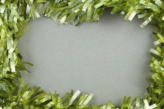 Goldquaste von weihnachten auf hintergrund des braunen papiers.