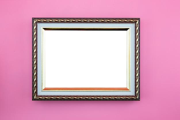 Goldrahmenfotogrenze oder -bild mit dem kopienraum lokalisiert auf rosa hintergrund.