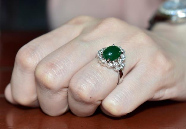 Goldring verziert mit grüner jade