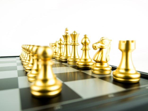 Goldschachfiguren an bord für spielanfang, intellektuellen sport und taktisches spiel