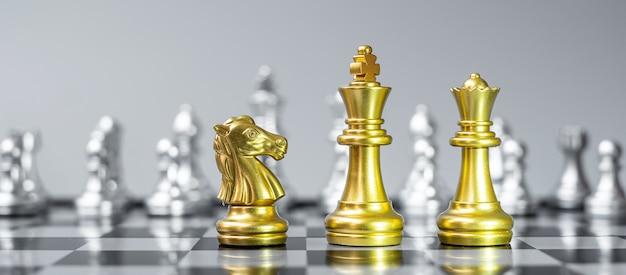 Goldschachfigurenteam auf schachbrett