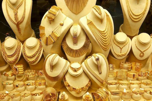 Goldschmuck halsketten und armbänder auf ständern
