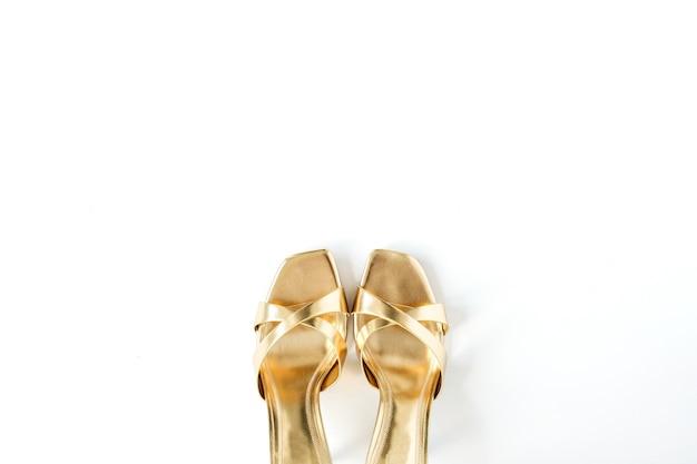 Goldschuhe für weibliche hausschuhe auf weißem leinen