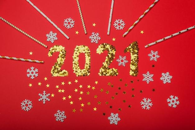 Goldsterne funkeln in form der nummer 2021 mit schneeflocken