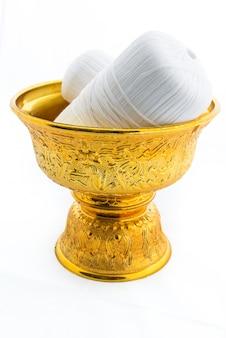 Goldtablett mit sockel und heiligem faden