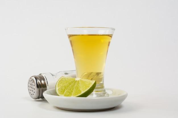 Goldtequila schoss auf der weißen oberfläche