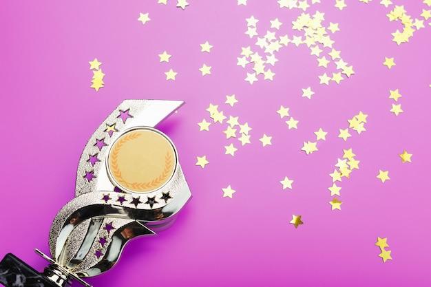 Goldtrophäe mit sternen, die erfolg feiern