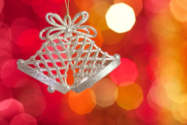 Goldweihnachtsbaumdekoration auf unscharfem lichthintergrund. geringe schärfentiefe