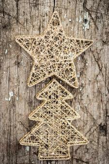 Goldweihnachtsbaumschmuck auf holzhintergrund
