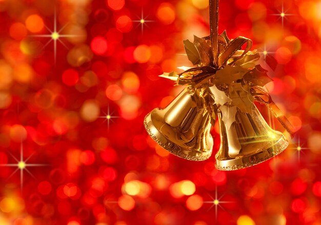 Goldweihnachtsbaumschmuck auf lichterhintergrund