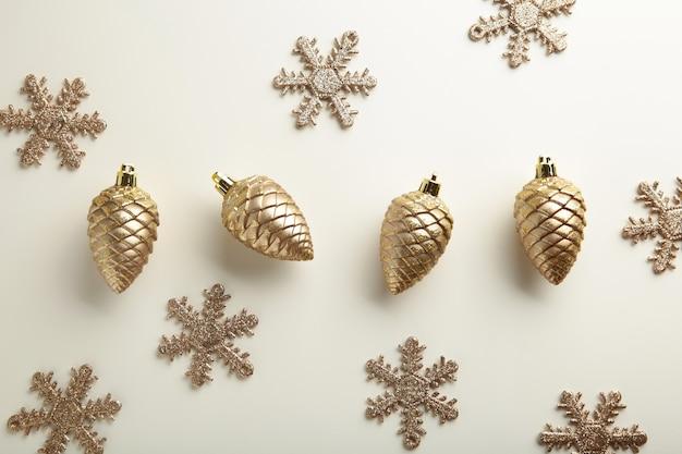 Goldweihnachtsdekoration auf weißem hintergrund, draufsicht, flacher lay