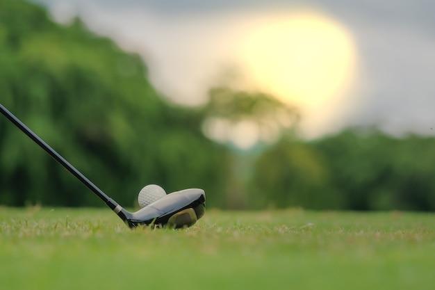Golf spielen, das sich vorbereitet, den mann zu schießen, der auf grün sich setzt