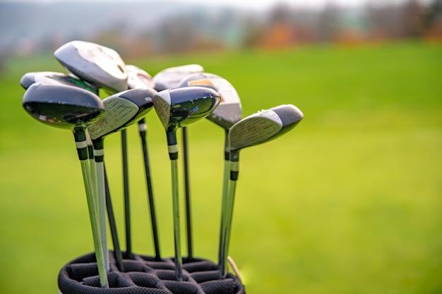 Golfausrüstung auf grünem golfplatz