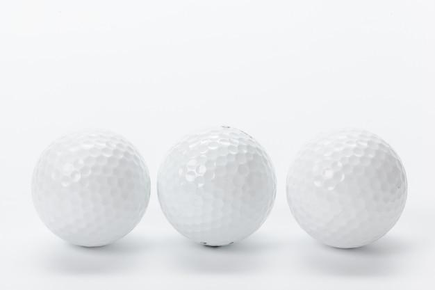 Golfausrüstung getrennt auf weiß